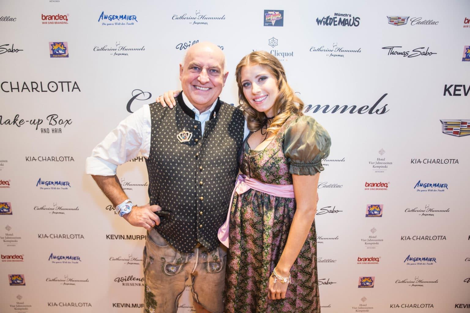 Cathys und Angermaiers Wiesn-Bummel_Dr. Axel Munz und Cathy Hummels_JC6A9863
