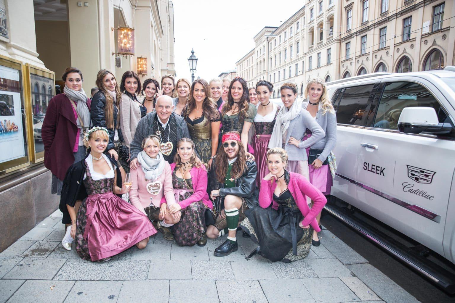Cathys und Angermaiers Wiesn-Bummel_Gruppenfoto_JC6A9990
